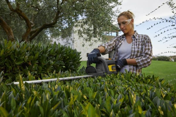 SHT700AE battery powered 700 range hedge trimmer